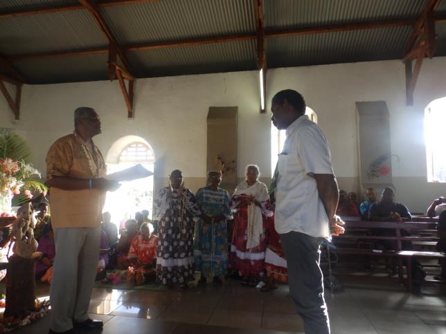 Le Président de l'EPKNC remet le diplôme à IWA Thierry Talo qui exercera son ministère pastoral dans la région de Drehu.