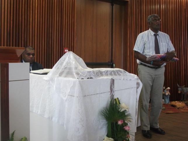 Pasteur WAKAINE Wakira Président de l'EPKNC et pasteur HAMU Belë, lors de la présentation d'un geste coutumier avant de commencer le culte