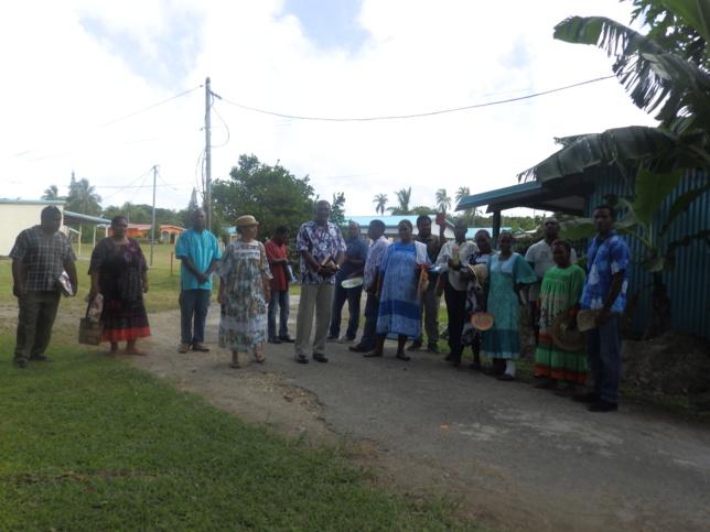 La directrice, le Président de l'EPKNC et les étudiants marchant vers le Eika de Xépénéhé