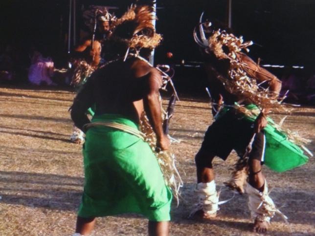 Les jeunes de Kejënyi dansent le bua pour accueillir les mamans