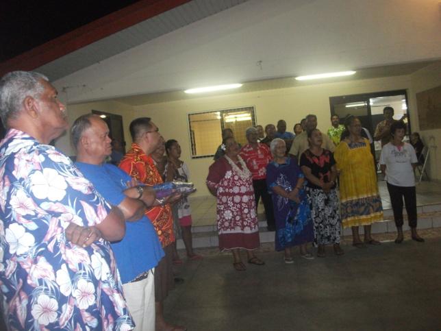 Geste coutumier pour accueillir les membres de la famille du pasteur Uhnahno venus au repas organisé par la paroisse de la Vallée du Tir.