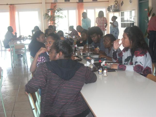 Repas au campus des îles avec les enfants qui révisent pour le baccalauréat