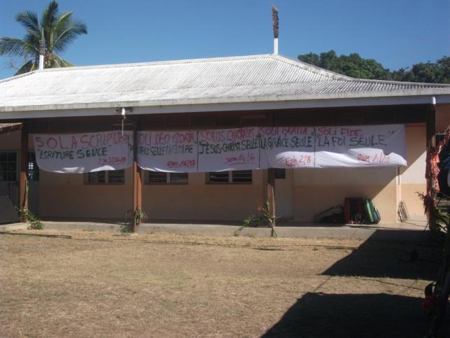 Les 5 solas affichés sur la maison commune de Népou.