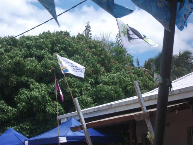 Drapeaux 500ème et EPKNC ont flotté à Népou pendant les 4 jours de fête