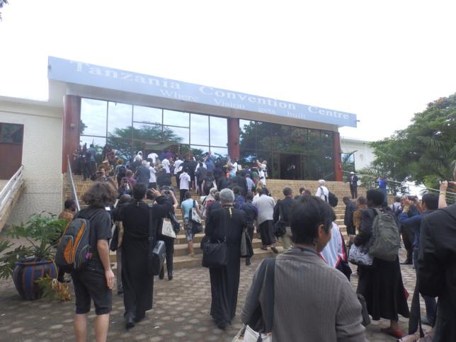 Entrée des délégués dans la grandiose salle de conférence