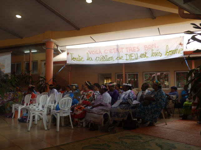 """Les mamans du Consistoire de Nouméa avec le thème affiché sur la banderole : """" Toute la création de Dieu est très bonne"""""""