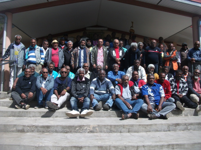 Les 55 délégués du synode en face du temple de la paroisse de Montravel