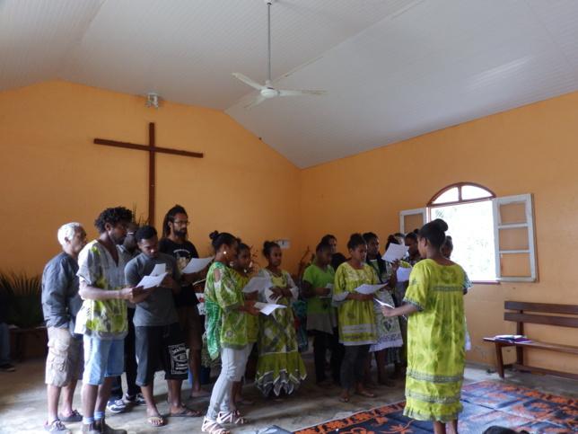 Les jeunes de la paroisse de Thiic interprétant leur doh