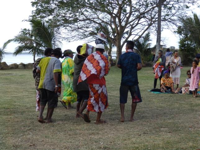 C'est par un pilou que les jeunes de la paroisse de Thiic ont remis la fille aux 2 paroisses des îlots