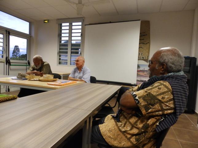Mr WAPOTRO Billy, ancien de l'église remerciant au nom de l'EPKNC, le geste du haussaire.