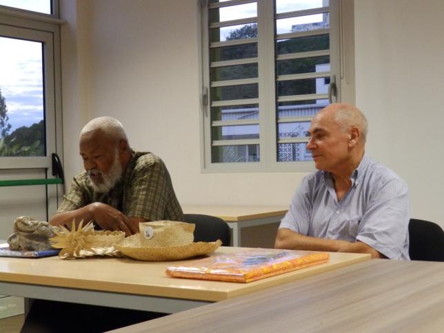 Le président de l'EPKNC,pasteur KAEMO Var remettant le geste d'aurevoir et de remerciement de l'Eglise à Mr LATASTE
