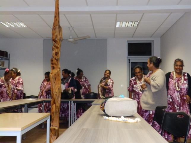 Les mamans interprêtent un chant en Réo (Langue Maohi).