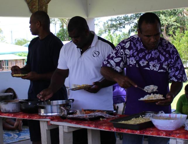 Repas partagé fraternellement, préparé par la communauté