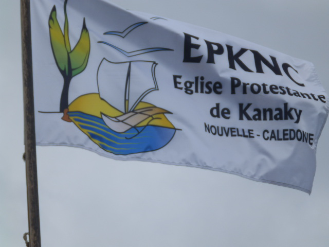 Le drapeau EPKNC flottant à Tadine pendant le synode.