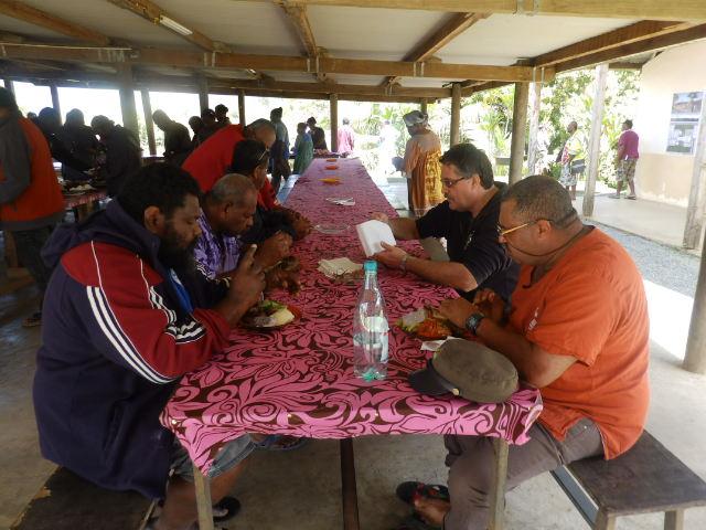Au premier plan à droite : Noël NIRIKANI, Président du consistoire de Wawiluu et à gauche au 2ème plan, le Diacre POINRI Louis, Président du Consistoire de PPT.