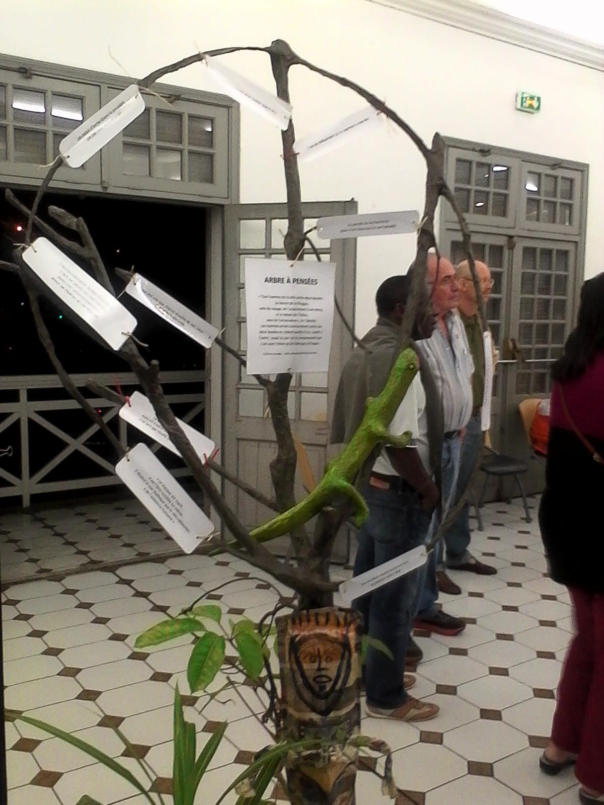 L'arbre à pensées : C'est sur cet arbre que sont accrochées les textes rédigés par les détenus