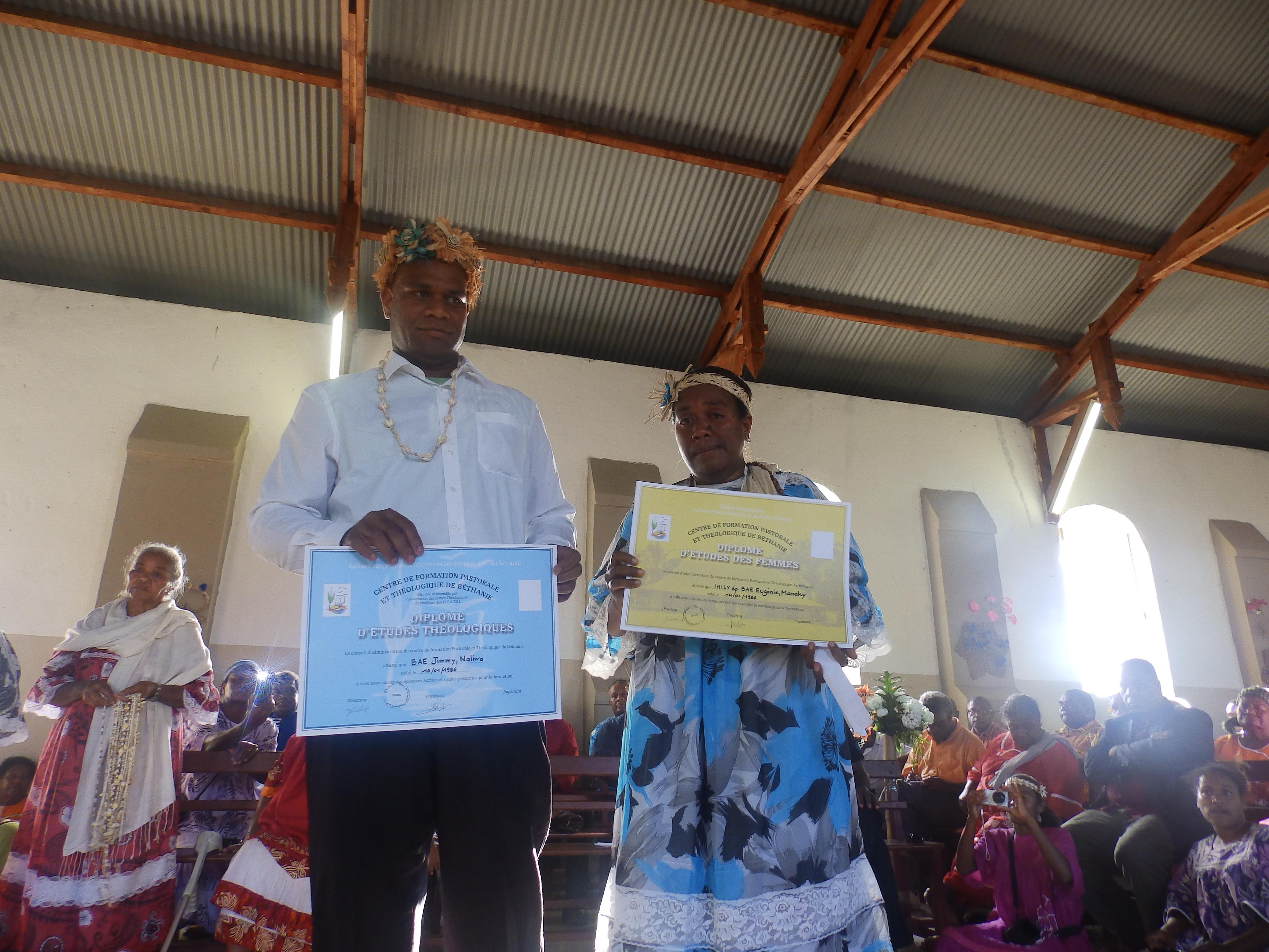 BAE Jimmy Naliwa et son épouse Eugénie Manaky reçoivent leurs diplômes. Ils devront exercer leur ministère pastoral dans la région de Momawe.