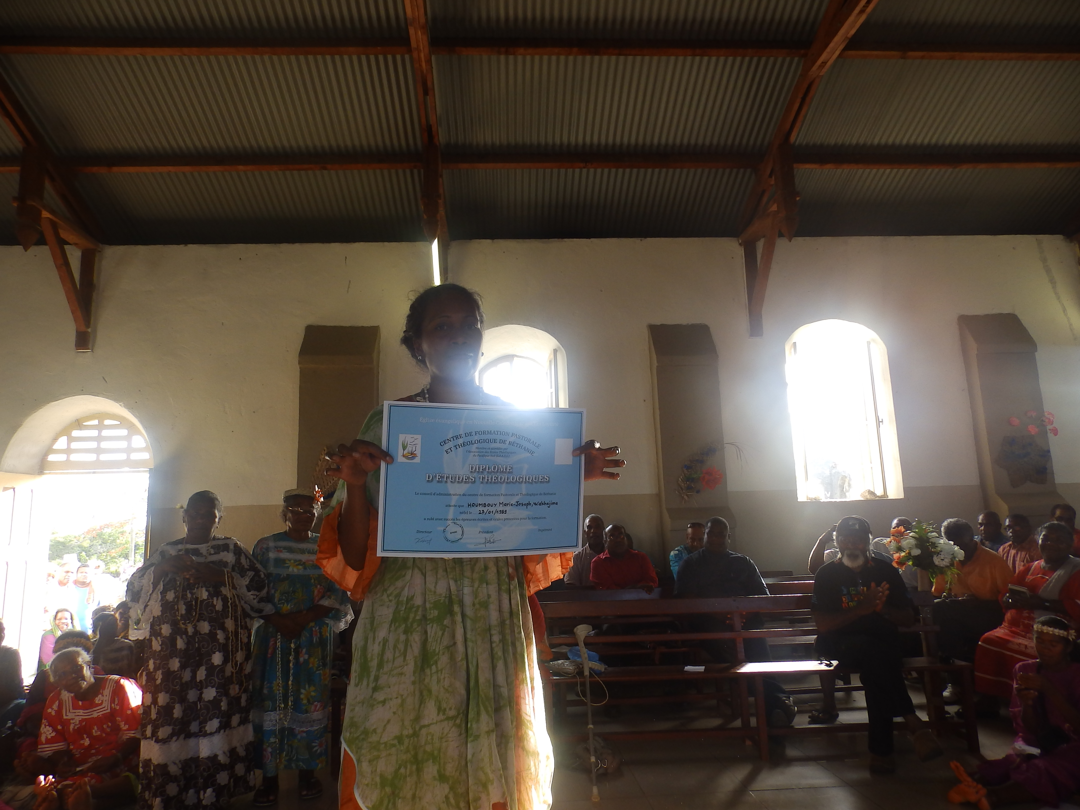 HOUMBOUY Xejine, a reçu son diplôme, après 4année de formation à Béthanie. Elle se propose d'aider sa paroisse de Nyimëhë, sa région d Iaai, son consistoire sans être pasteure.