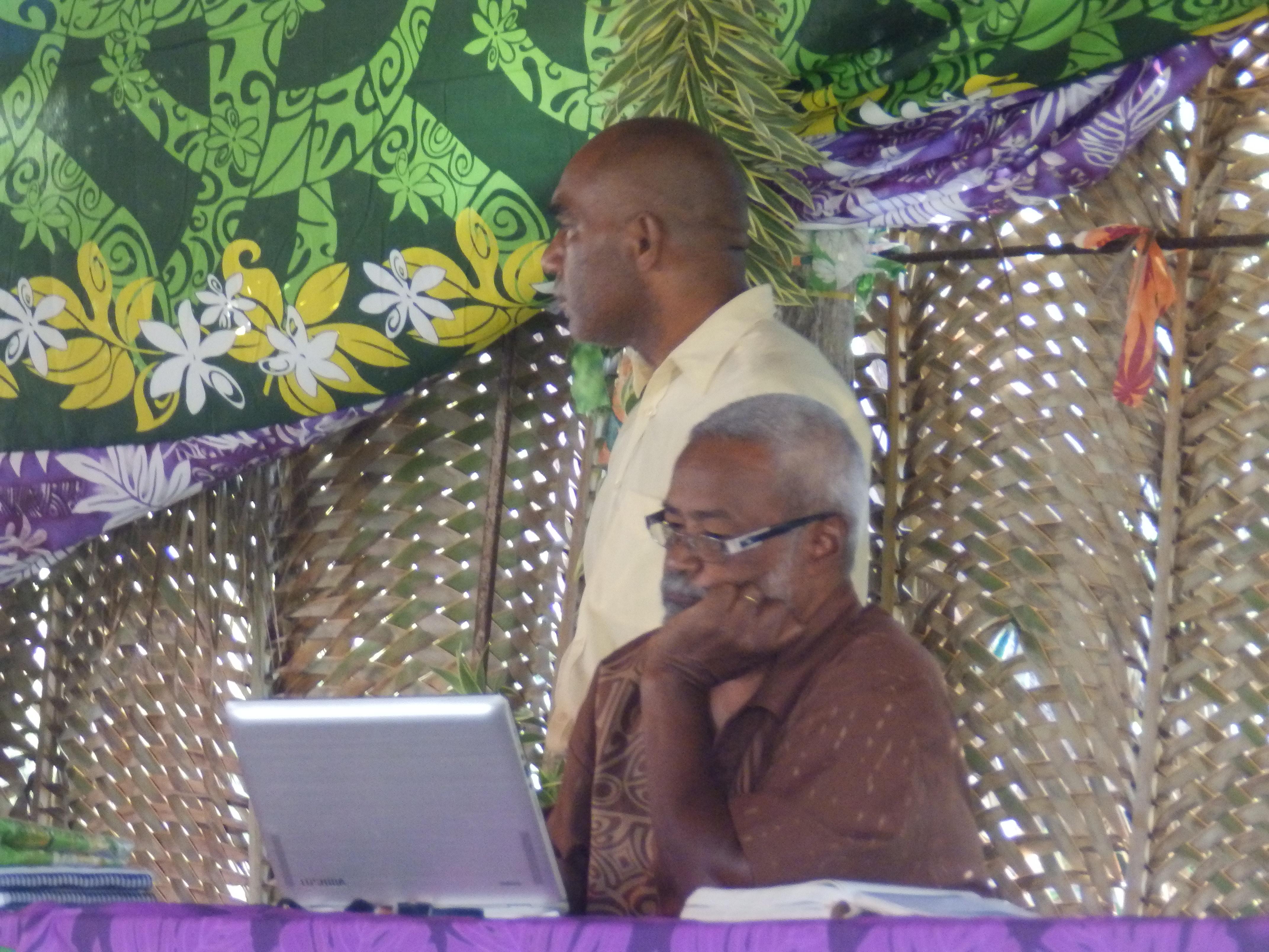"""Pasteur KAEMO Var qui intervient sur le thème : """" Concitoyen d'un pays nouveau"""" avec Pasteur CAWIDRONE Jacky, l'animateur général."""