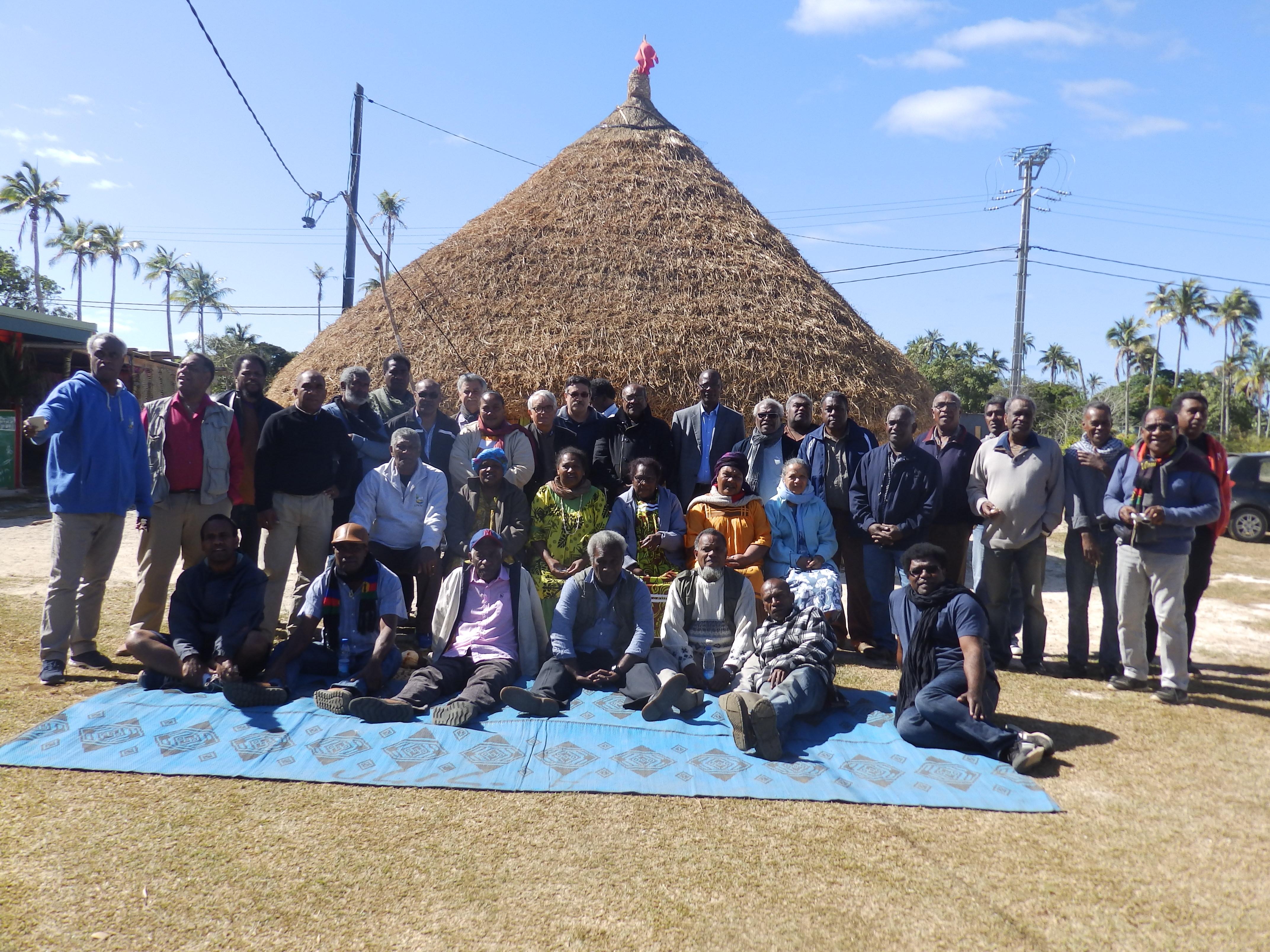Les délégués du synode devant la case du Eika de Wedrumel