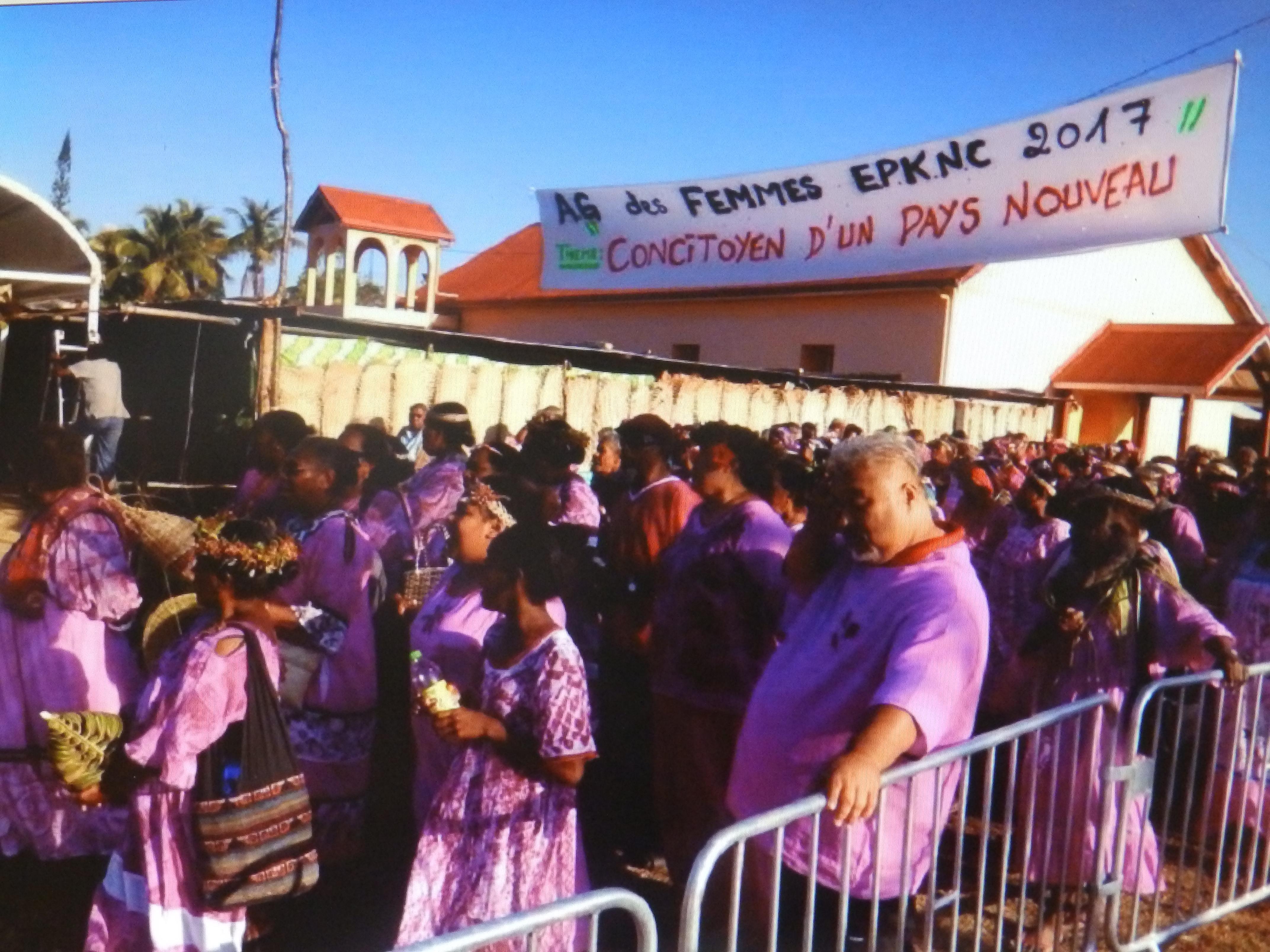 Les délégations des Régions de Momaawe, Iaai et de Nengone franchissent l'arc de triomphe