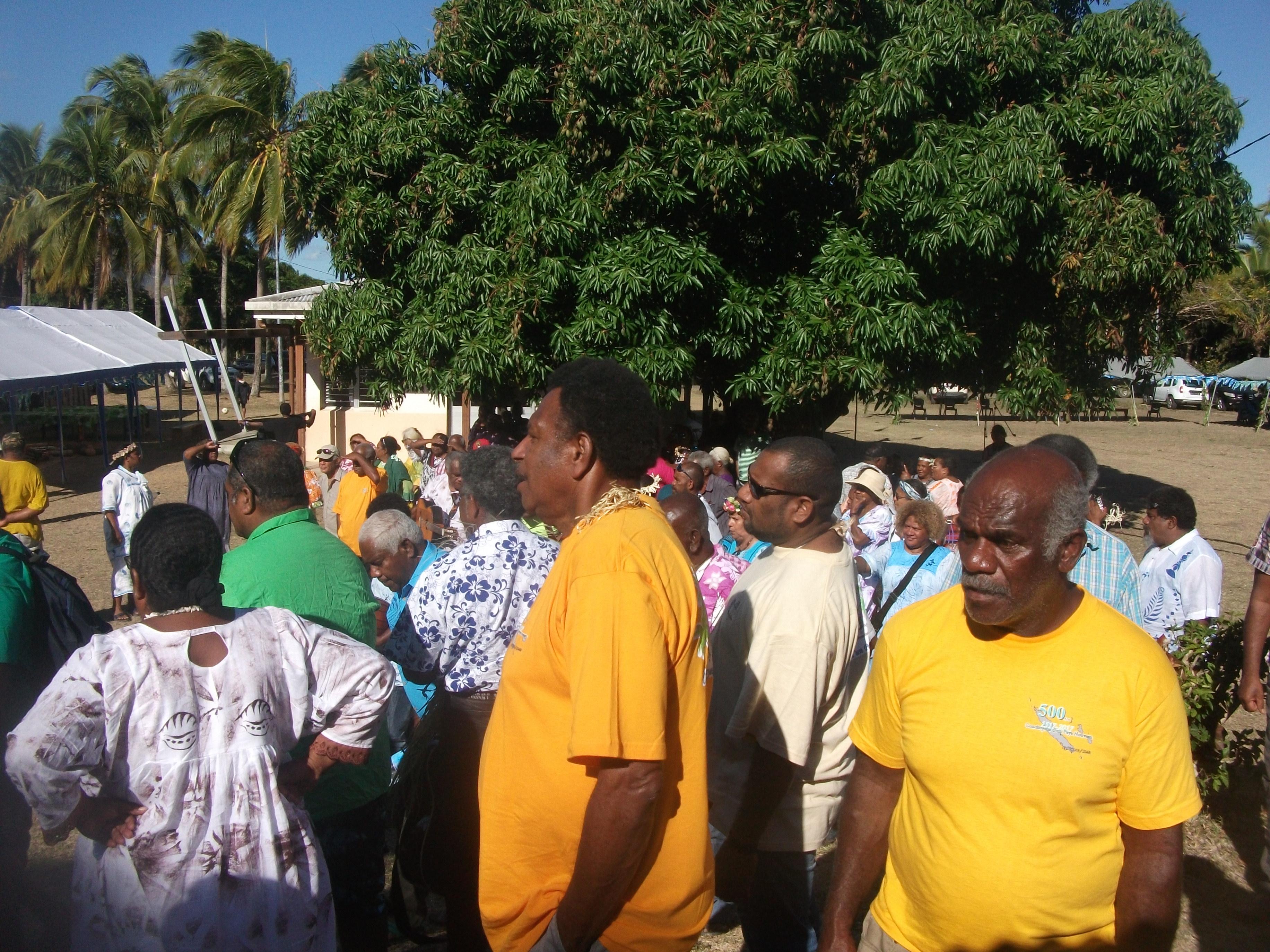 Rassemblement autour des sapins qui ont été plantés par les chefs des Eglises