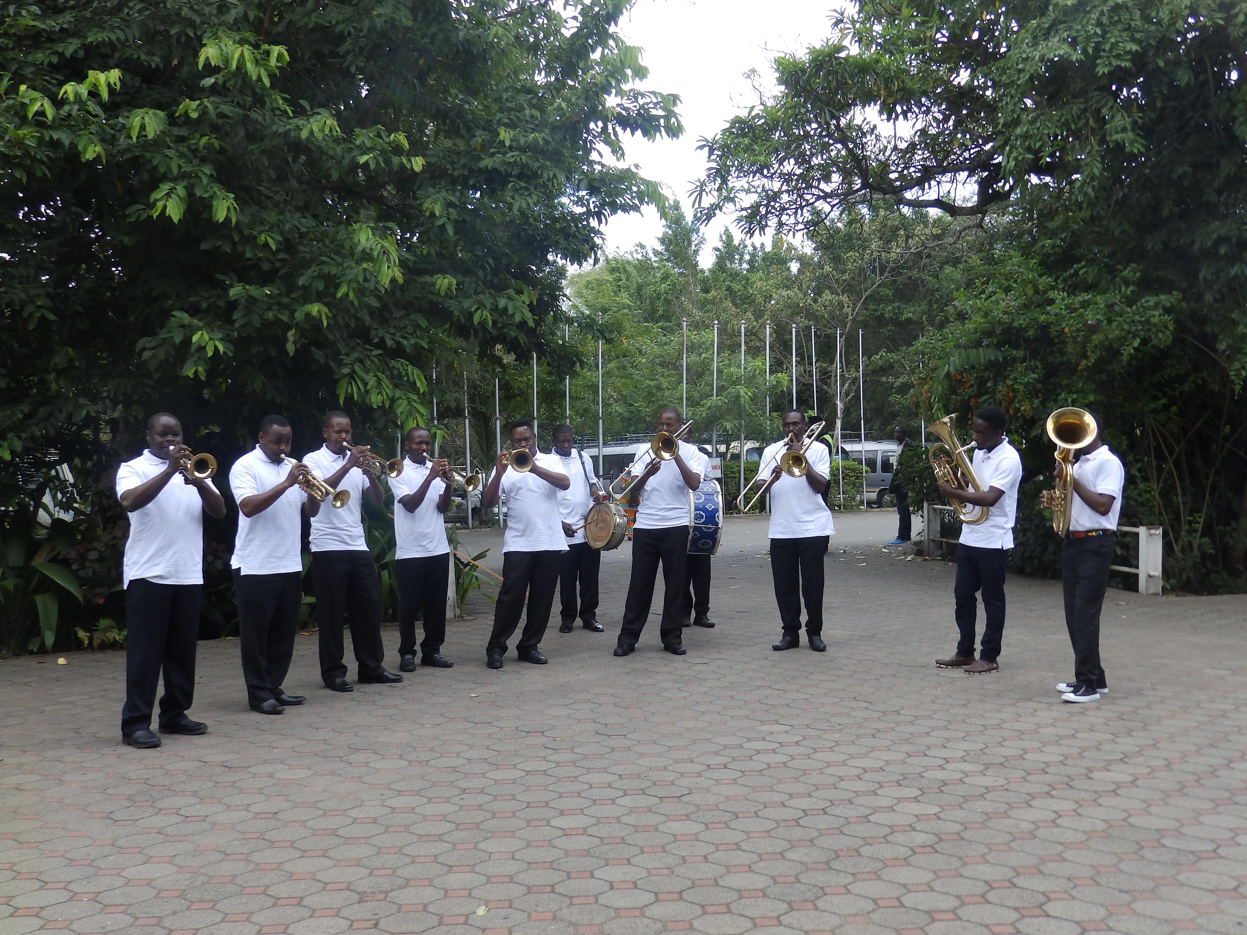 L'accueil des délégués par la fanfare composée des jeunes de l'Eglise Evangélique Luthérienne de Tanzanie