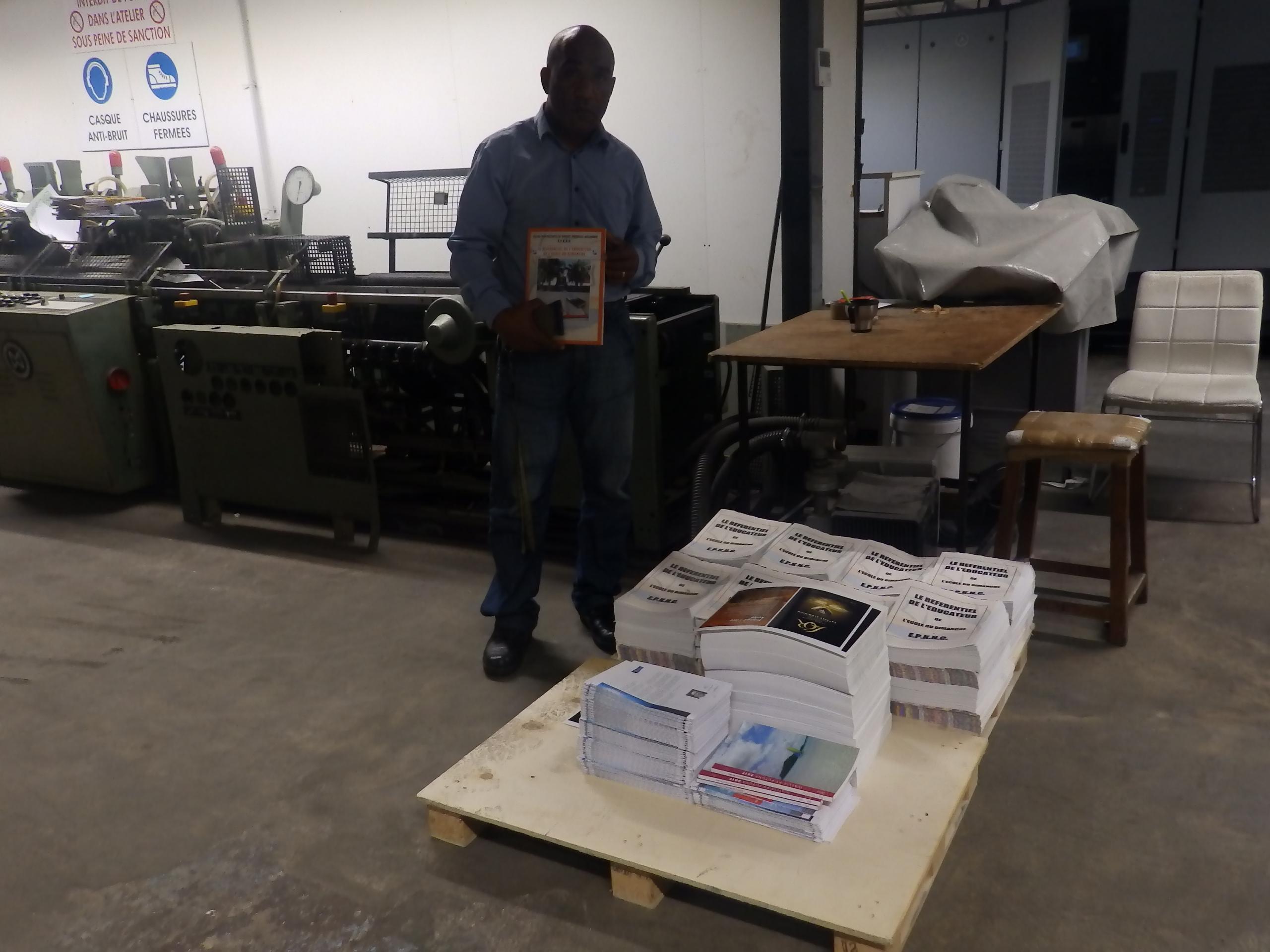 Pasteur Jacky CAWIDRONE dans l'atelier de la maison Artypo