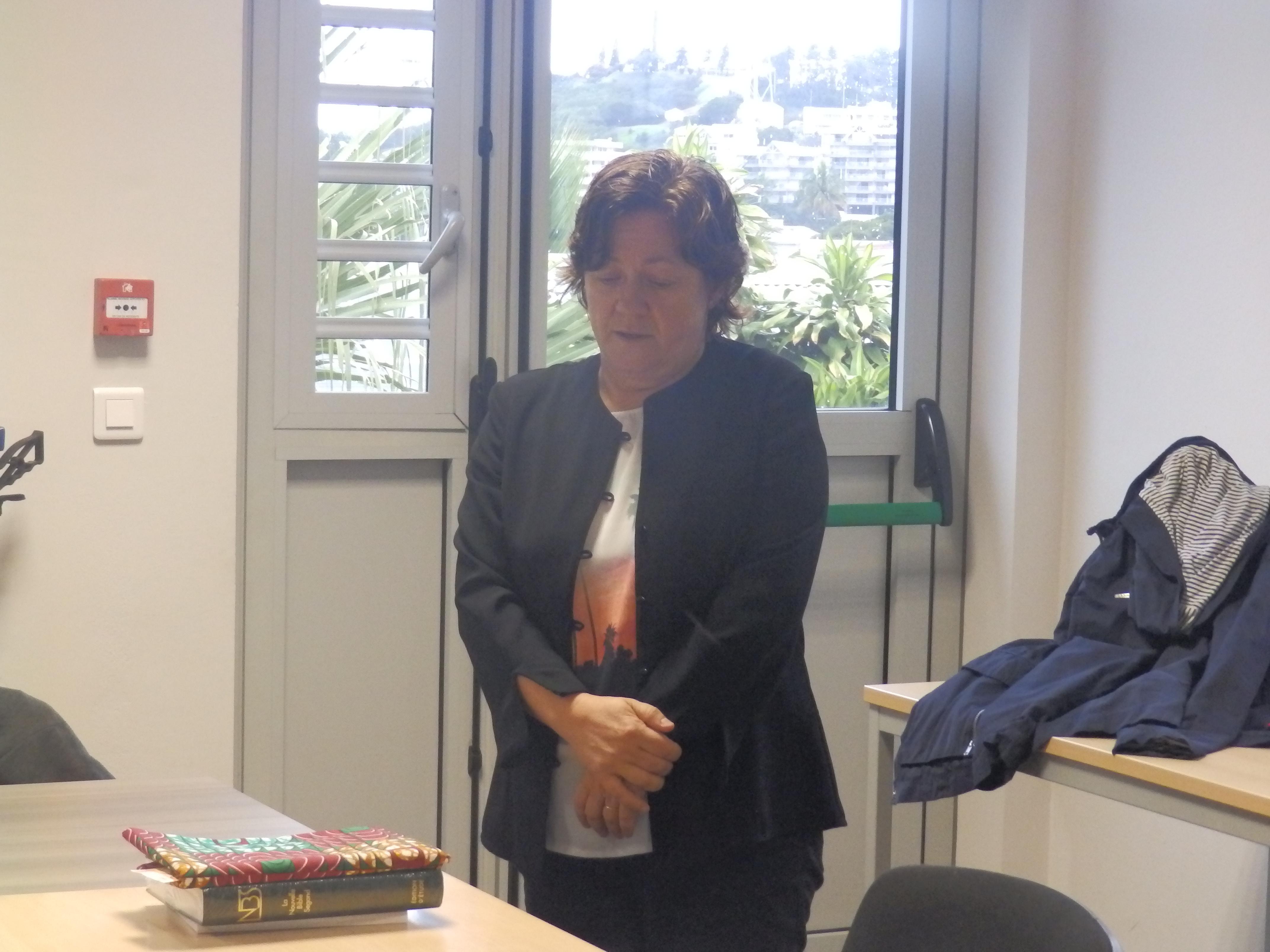 Pasteure Tünde Lamboley présentant son geste coutumier au bureau de l'EPKNC à la Vallée du Génie
