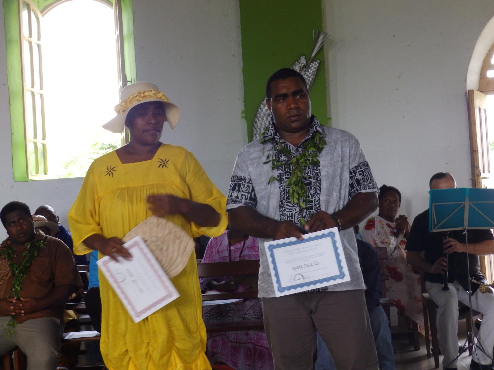 KAUDRE Peter et son épouse avec leurs diplômes exerceront dans la région de Momawe