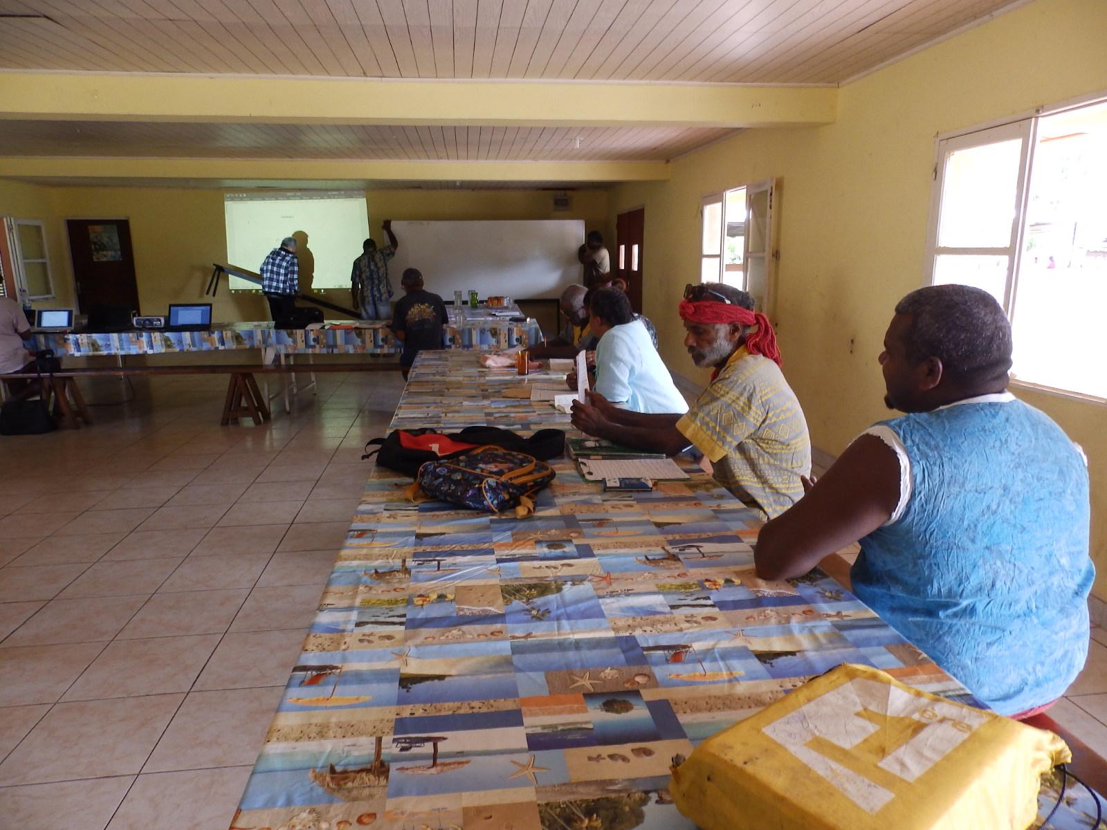 Mise en place dans la salle de la maison commune de la paroisse de Thiic