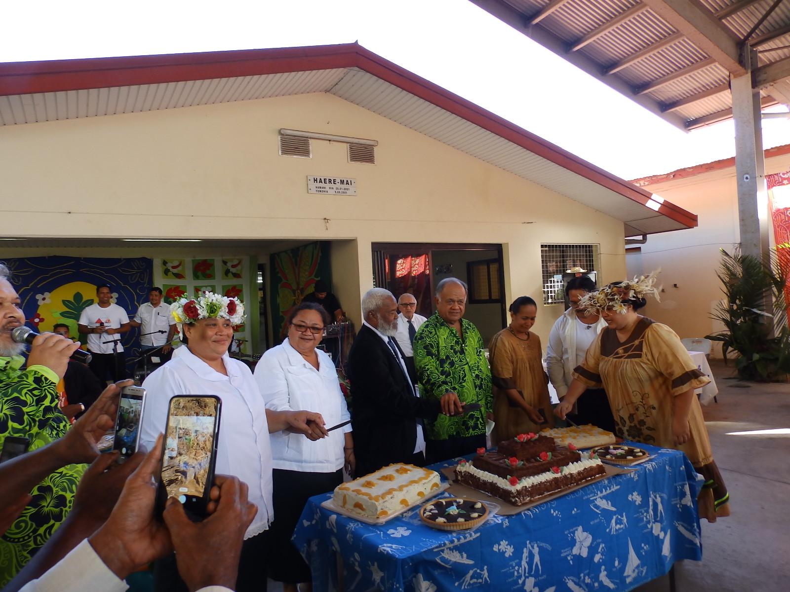 Les évangélistes, les diacres, et les 2 présidents devant les gâteaux qui ont été préparés pour cet événement