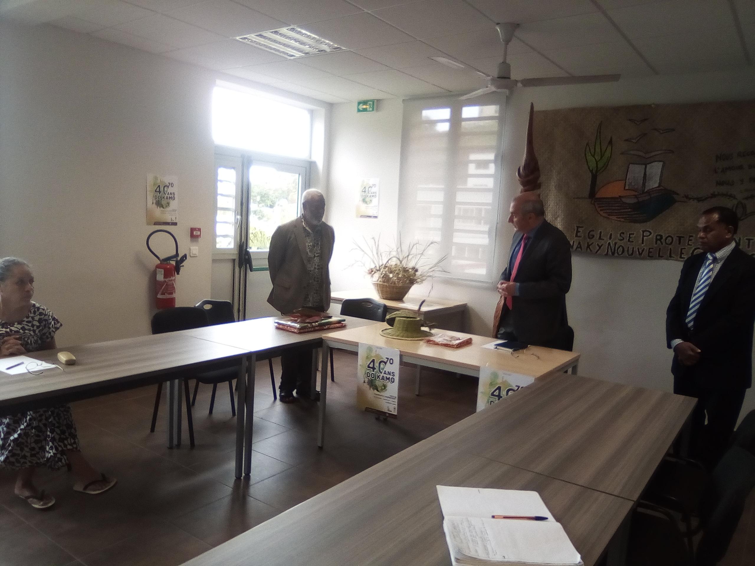 Le président de l'EPKNC, pasteur KAEMO Höcë accueille le Haussaire au siège de l'EPKNC par une geste coutumier.