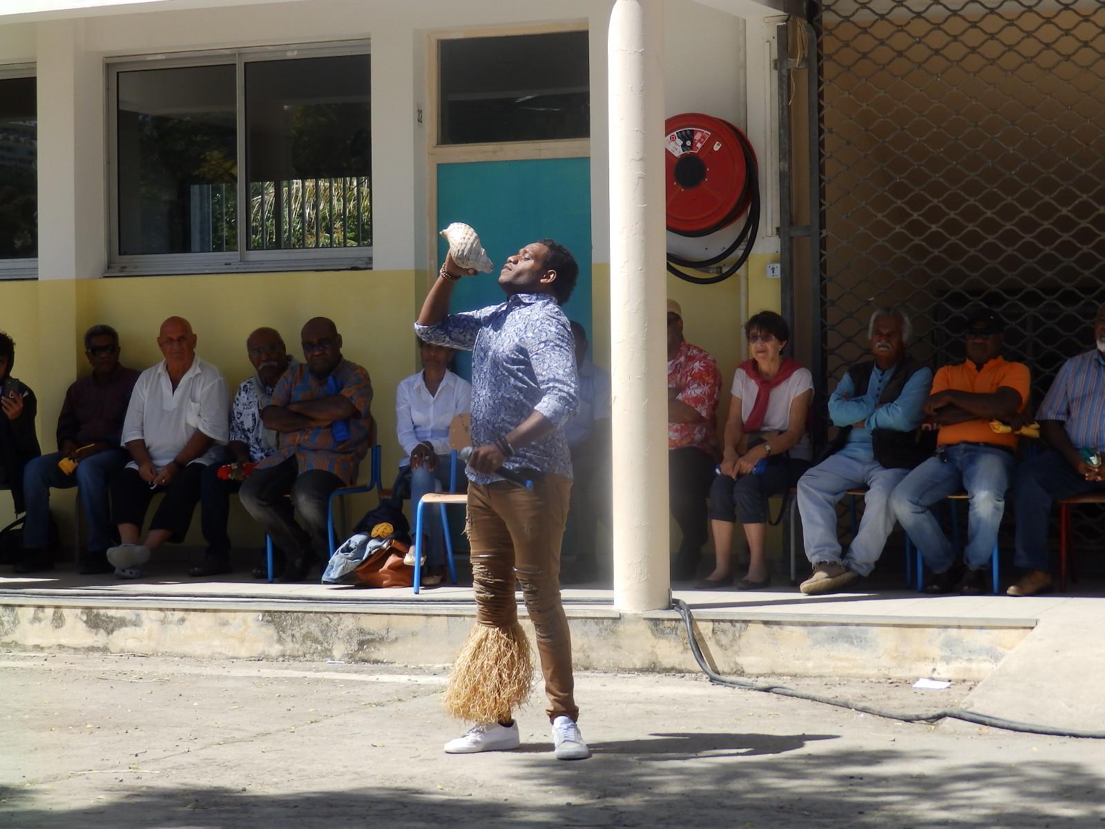 Des artistes, des troupes de danses, des chorales, des groupes de musique ont animé la journée. ici, le slameur Simanë.
